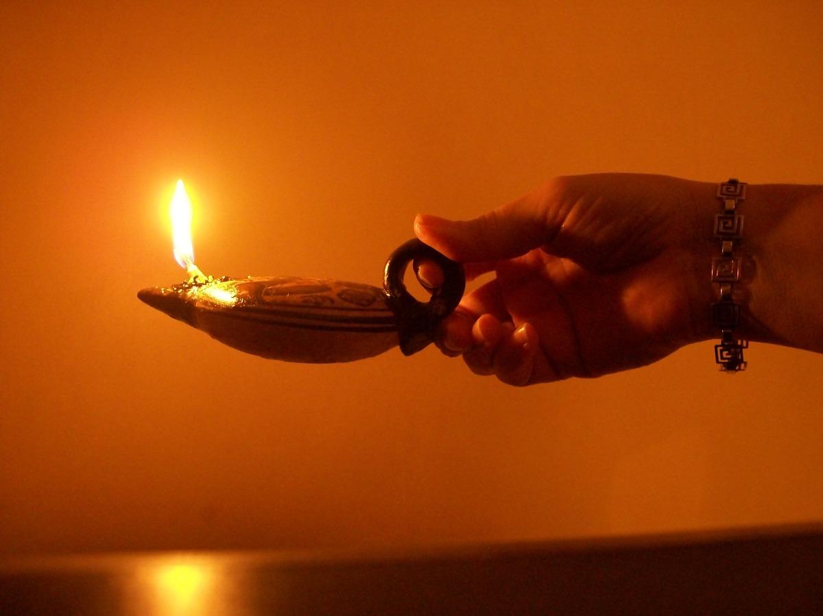 Se enciende la lámpara para que alumbre toda la casa.